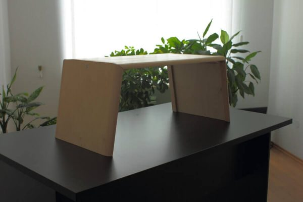Emelhető asztal PC/Laptop, lakkozott nyírfa (normál méret)