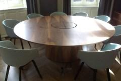 Dió tárgyalóasztal, 220 cm átmérő, beépített csatlakozók.
