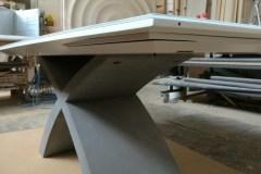 Bővíthető X asztal, festett lappal, edzett fehér lakobel üveg rátéttel, beton lábbal