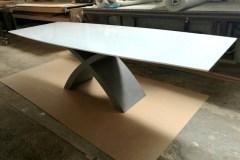 Nyitható X asztal, festett lappal, edzett fehér lakobel üveg rátéttel, beton lábbal