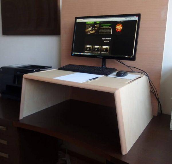 Egyedi emelhető PC + papírmunkához, lakkozott nyírfa (extra nagy) asztal