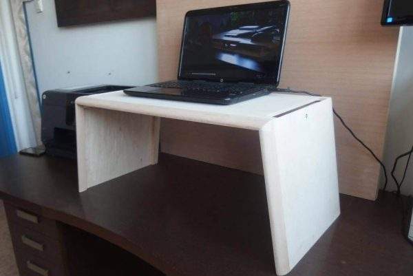 Egyedi emelhető PC/Laptop (normál méret) Polírozott natúr nyírfa asztalok webáruház